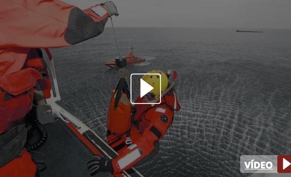 El rescatador Jorge Hurtado desciende del Helimer con la ayuda del operador de grúa, Pablo López. / FOTOS: JOAQUÍN PAÑEDA